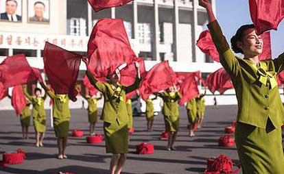 朝鲜大妈顶寒风广场排练 金日成对我东北野战军的重要贡献!资讯生活